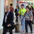 Bruna Marquezine caminha em aeroporto antes de embarcar no Rio de Janeiro
