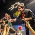 Eliana distribuiu rosas vermelhas com o cantor sertanejo Daniel