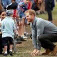 Meghan Markle e Harry conversam com criança durante visita a Dubbo, na Austrália