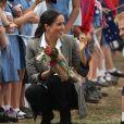Meghan Markle recebeu flores da população local durante a visita