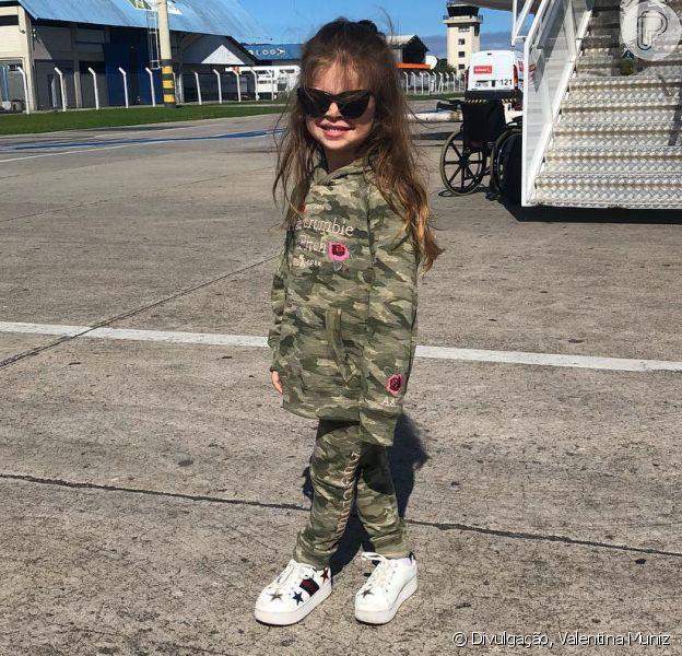 Valentina, filha de Mirella Santos e Ceará, usou um conjunto militar composto por calça e casaco