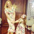 Angélica e a filha, Eva, posam juntas usando vestido floral Dolce e Gabbana
