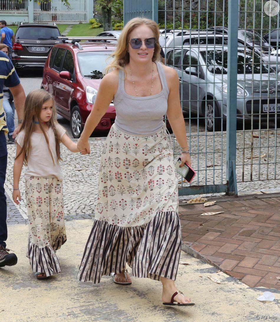 Angélica e a filha, Eva, combinaram look com saia nude de estampa floral para ir uma seção eleitoral do Rio de Janeiro, em outubro de 2018