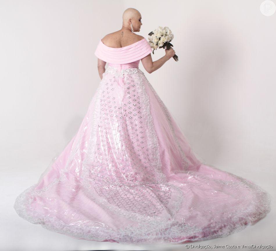4f8642a56d Noivas fashion no Outubro Rosa! Estilista cria vestidos no tom em ...