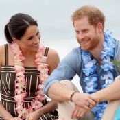 Meghan Markle e príncipe Harry quebram protocolo e ficam descalços em praia