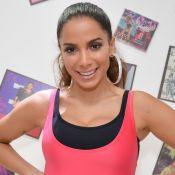 Poderosa! Anitta posa de maiô fio-dental rosa neon em Fortaleza: 'Que delícia'