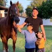 Safadão visita haras com filhos e posa com o cavalo do caçula: 'Don Príncipe'