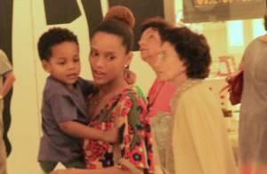 Grávida, Taís Araújo carrega o filho no colo durante passeio em shopping do Rio