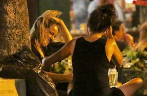 Happy hour! Fernanda Gentil se diverte em bar com a namorada e o pai. Fotos!