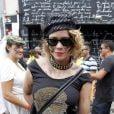 Leandra Leal se diverte no bloco Acadêmicos do Baixo Augusta, em São Paulo