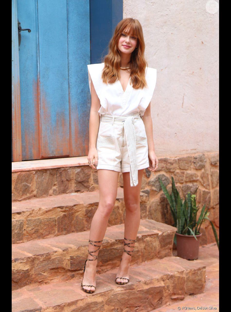 27ba5d77e50 Marina Ruy Barbosa escolheu um look de alfaiataria com short e blusa sem  mangas off white