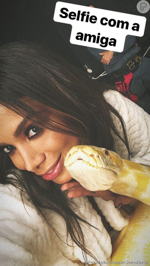 Anitta posa com cobra nos bastidores de novo clipe