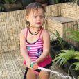 Sol de Maria, neta de Preta Gil, se divertiu na água com um look fofo