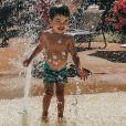 Lucca, filho de Aline Gotschalg e Fernando Medeiros, se divertiu na piscina em grande estilo