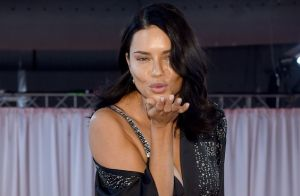 Adriana Lima se emociona em desfile da Victoria's Secret e sinaliza saída na web