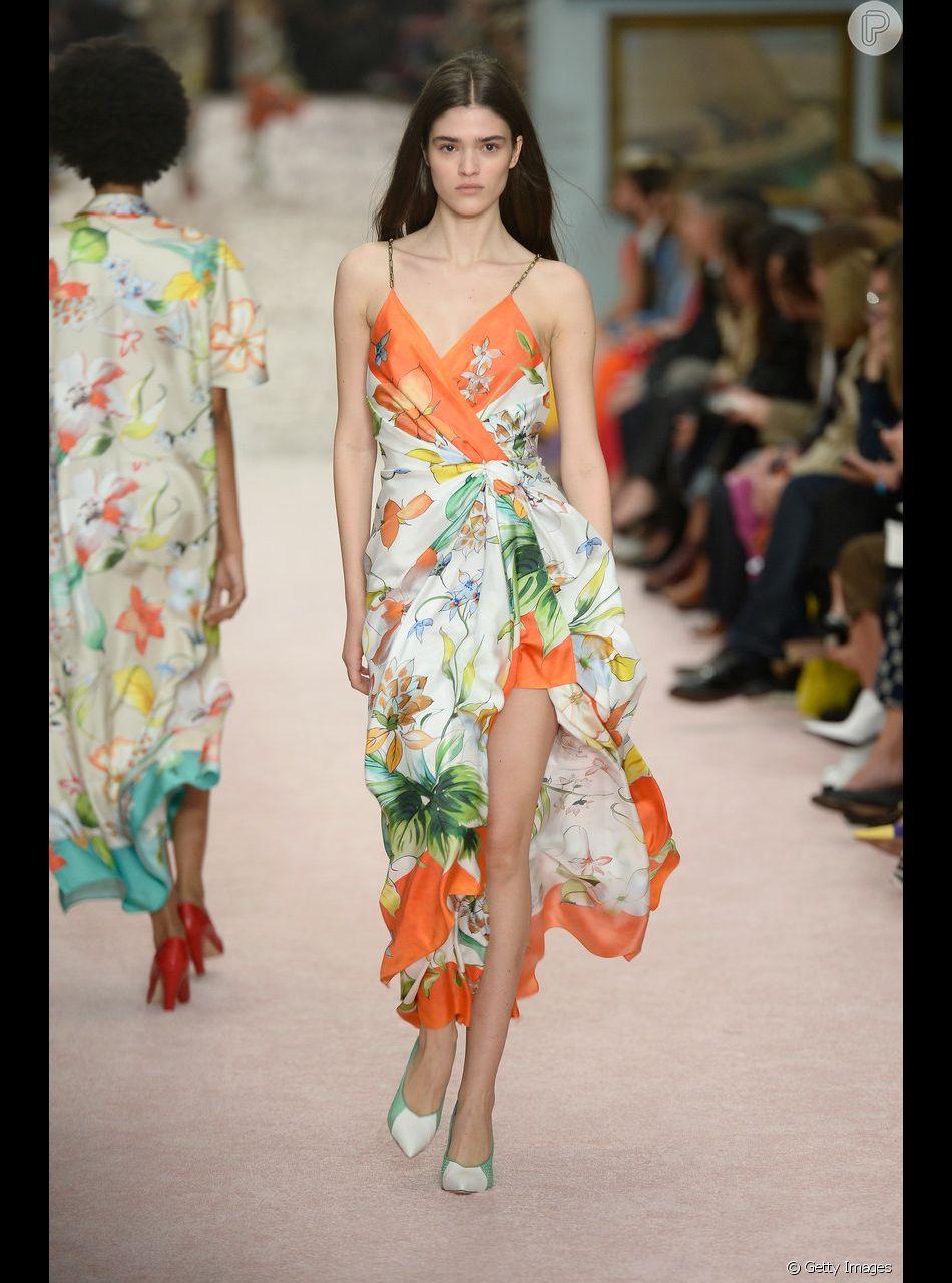 cda778293 Vestido envelope é atemporal e valoriza todo tipo de corpo. De alcinha e  com pegada tropical de Carolina Herrera