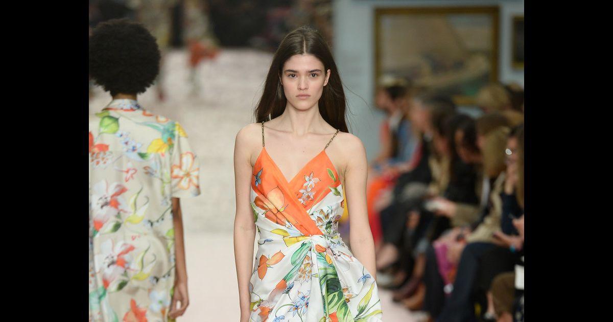 5c5114194 Vestido envelope é atemporal e valoriza todo tipo de corpo. De alcinha e  com pegada tropical de Carolina Herrera - Purepeople