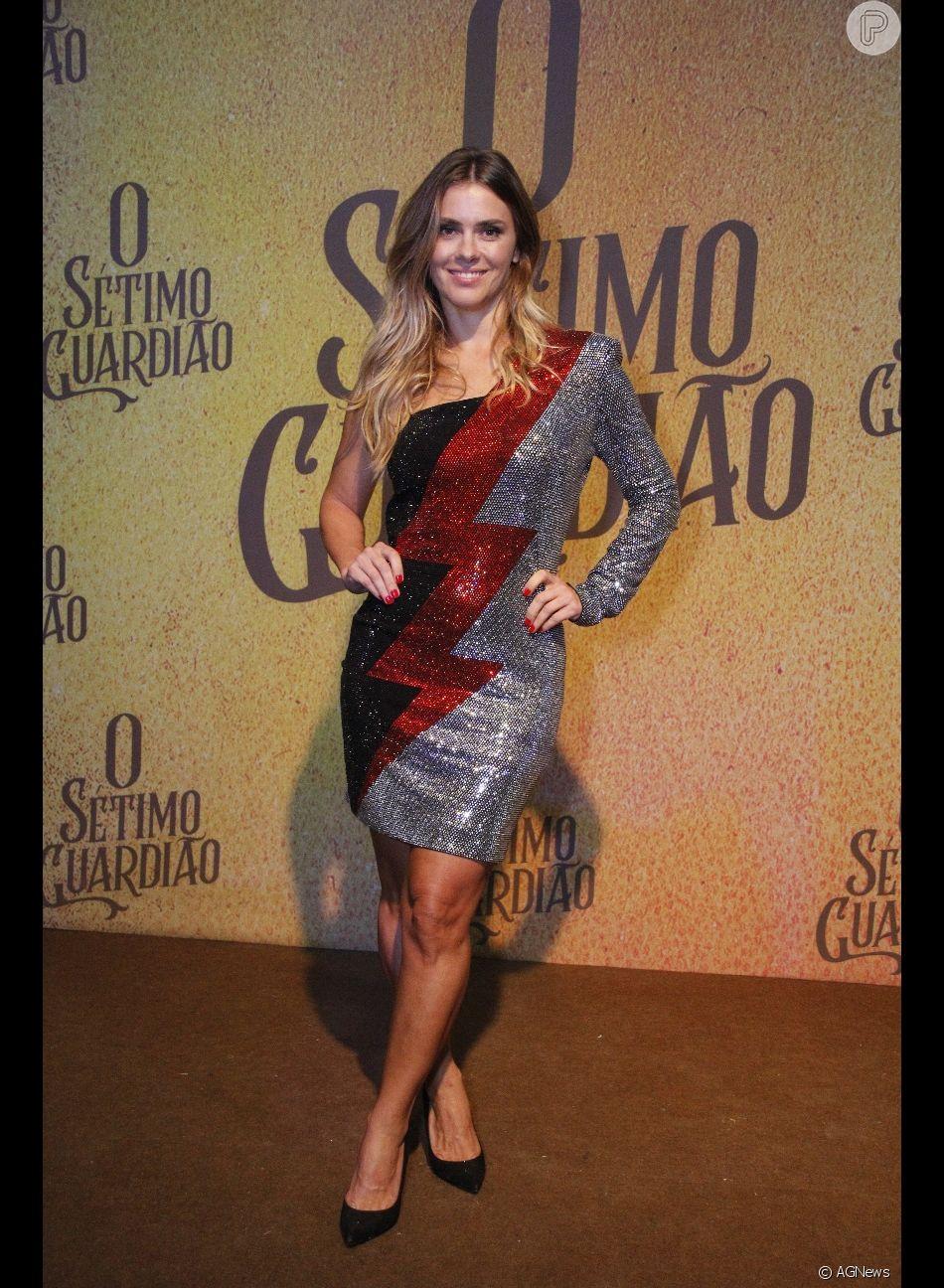 Carolina Dieckmann usou vestido Balmain metalizado em tons de prata, vermelho e preto da Balmain, avaliado em R$ 20 mil no site da Farfecth