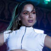É trend! Anitta usa body recortado e lenço no cabelo em lançamento de novo EP