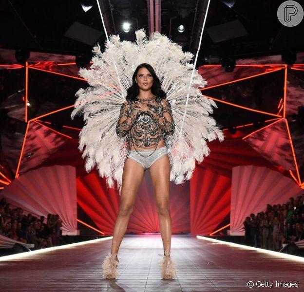 Adriana Lima revela planos pós-Victoria's Secret em entrevista nos bastidores do show