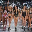 Adriana Lima se divertiu no desfile da Victoria's Secret que marcou sua despedida