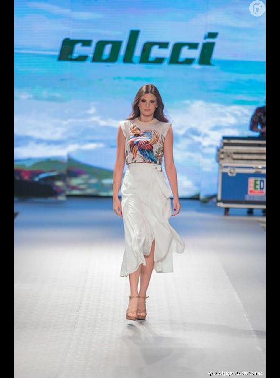 Blusa com silk e saia midi de fenda foi um dos looks desfilados por Camila Queiroz no desfile da Colcci