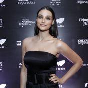 Débora Nascimento alia look all black a delineado colorido para evento: 'Ousar'