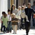 O casal, Angeline Jolie e Brad Pitt, tem seis filhos: Maddox, 12, Pax, 10, Zahara, 9, Shiloh, 7, e Vivienne e Knox, de 5 anos