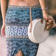 A bolsa de palha é tendência e compõe um look boho de maneira fácil