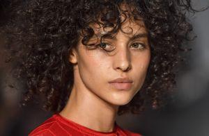 8 inspirações de cabelo cacheado com franja das passarelas de moda