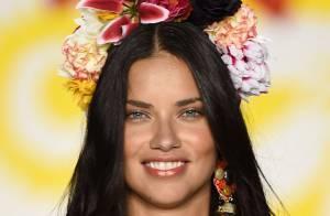 Adriana Lima rouba a cena na passarela do NYFW com shortinho e coroa de flores