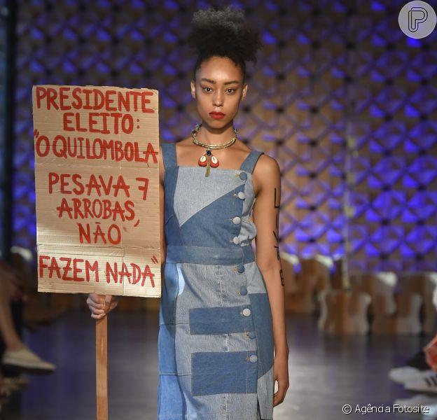 Looks monocromáticos na Brasil Eco Fashion Week. Vestido em patchwork de jeans da mara True Blue
