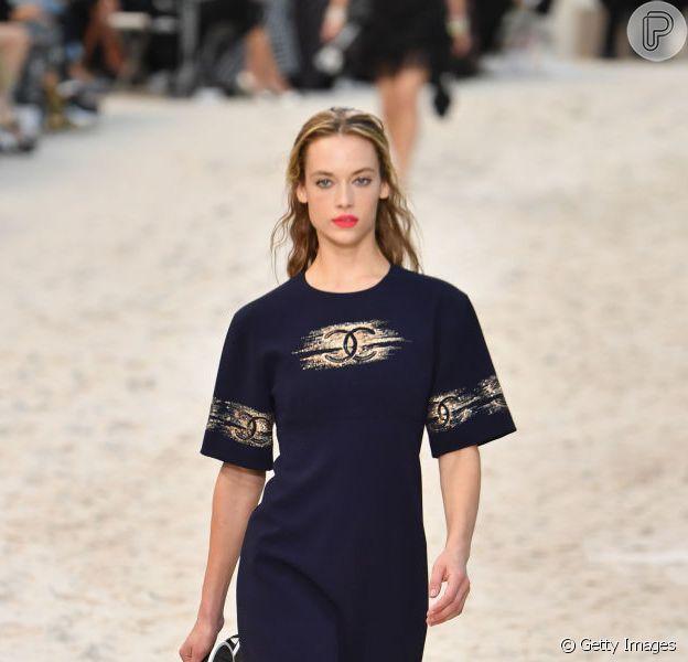 Vestido nada é trend para o verão. A Chanel apostou no modelo básico, mas claro que o monograma da marca não poderia faltar