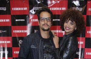 Serial killer em filme, Nicolas Prattes recebe Juliana Paiva em pré-estreia