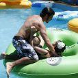 Caio Castro e Maria Casadevall brincam em piscina no  Beach Park de Fortaleza, em julho de 2013