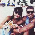 O casal passeou de lancha e relaxou nas praias da região
