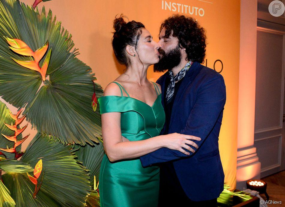 Giselle Itié e Guilherme Winter trocam beijos no Prêmio VIVA, realizado no Palácio Tangará, em São Paulo, na noite desta quinta-feira, 22 de novembro de 2018