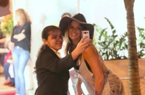 Bruna Marquezine deixa salão e tira fotos com fãs depois de mudar o visual