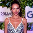 Bruna Marquezine num look prateado com paetês Dolce & Gabbana para um evento beneficente do Instuto Neymar Jr em agosto de 2018