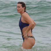 Aos 50 anos, Christine Fernandes usa maiô 'engana mamãe' e exibe corpão na praia
