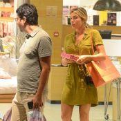 Vestido camiseiro e salto: Grazi Massafera vai às compras com amigo. Veja look!