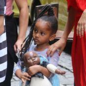 Filha de Taís Araújo rouba a cena com penteado afro no aniversário da atriz