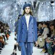 Jeans manchado e outros estilos que vão estar na moda na próxima temporada. Várias cores de jeans no mesmo look da Dior