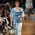 Jeans manchado e outros estilos que vão estar na moda na próxima temporada. Visual combinadinho Stella McCartney