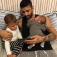 Gusttavo Lima curte os filhos Gabriel e Samuel nas folgas da agenda de shows