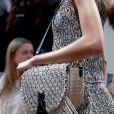 Bolsas com pegada artesanal estão em alta neste verão. mais elaborado, o o modelo JW Anderson traz ainda as franjas para incrementar