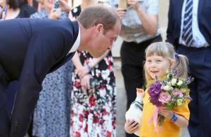 Príncipe William recebe flores de criança após anunciar chegada de novo herdeiro