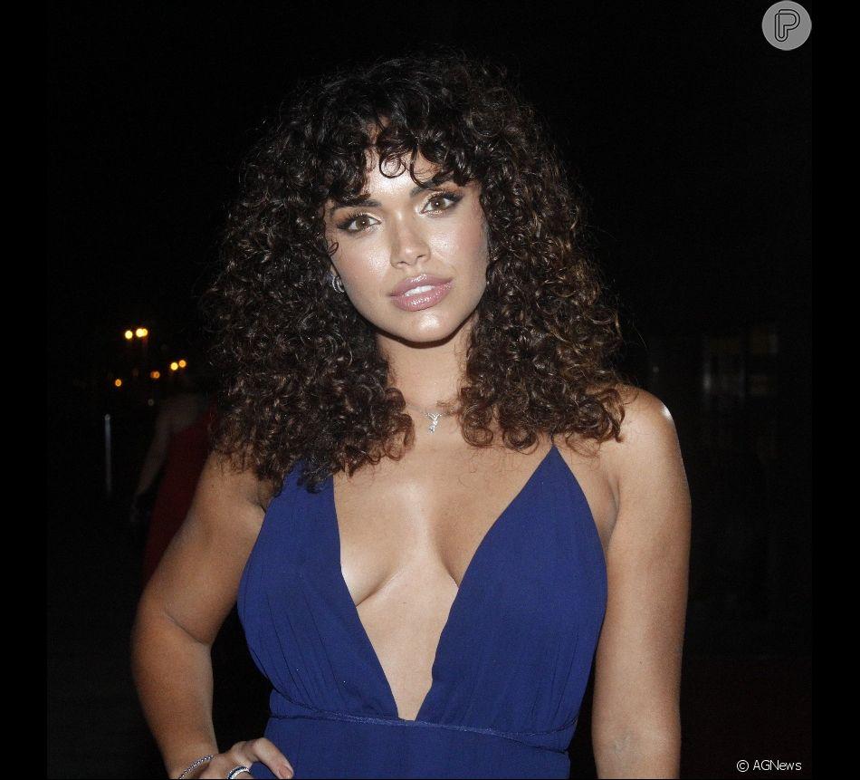 Giovana Cordeiro adota franja em cabelo cacheado e exibe visual em festa de revista