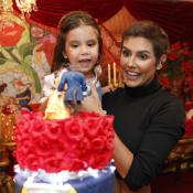 Deborah Secco entrega veia artística da filha, Maria Flor: 'Ama microfone'