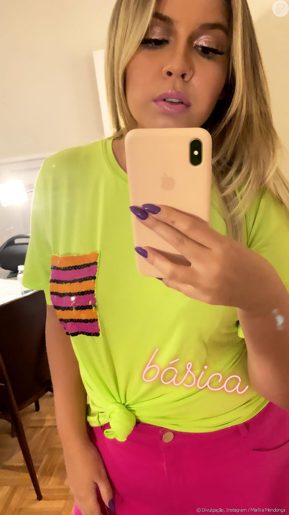 Marília Mendonça usou t-shirt neon e calça pink em foto publicada no Instagram nesta quinta-feira, 6 de dezembro de 2018
